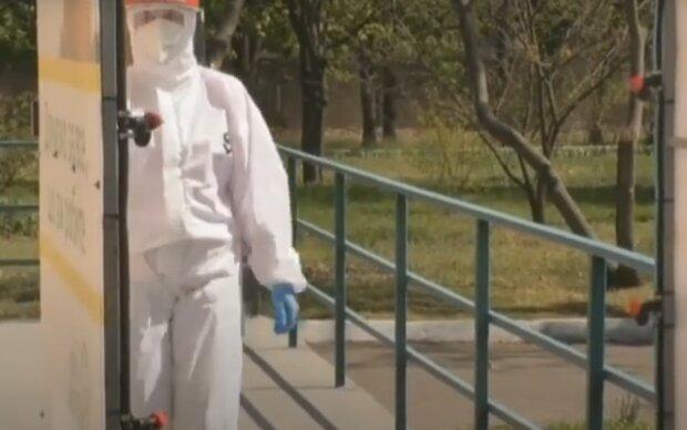 """В Тернополе студентов искупают под """"спиртовым душем"""" - никакой вирус не пройдет"""