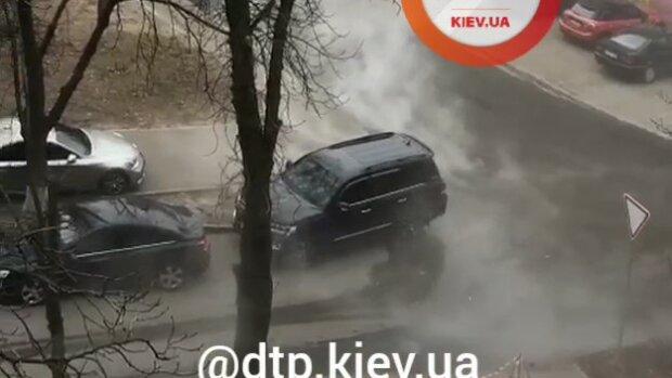 """Київський Печерськ перетворився на """"сауну"""" через діряві труби: люди тікають, машини варяться в окропі"""