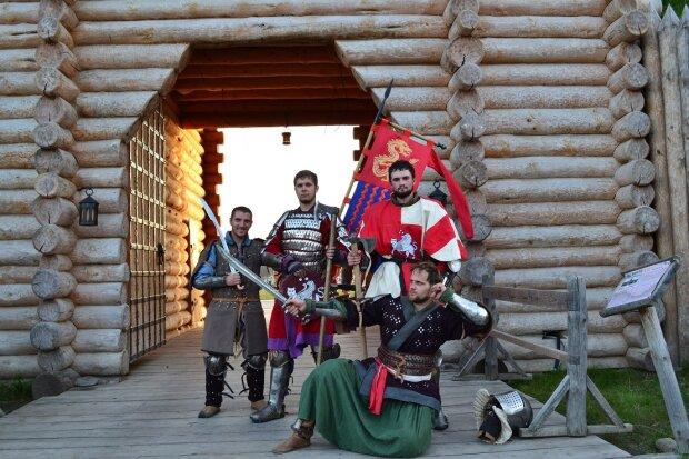 Гамселять, як діряве решето - в Україні з'явилися середньовічні лицарі