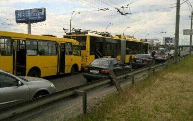 Невідомі атакували київський автобус, є постраждалі