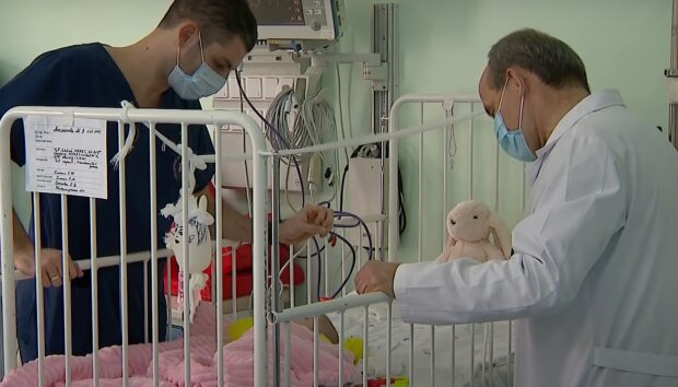 """На Тернопольщине спасают обожженного малыша, мать молится под реанимацией: """"Искупался в кастрюле"""""""
