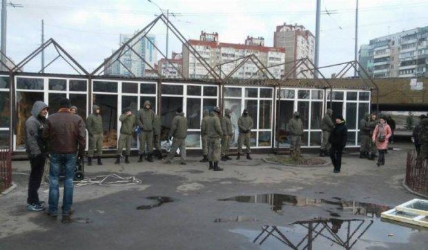 Киевские коммунальщики зверски крушат МАФы (фото)