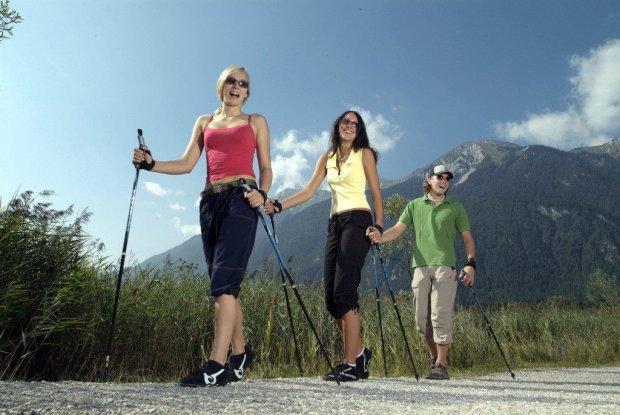 Скандинавская ходьба: зачем гулять с палками
