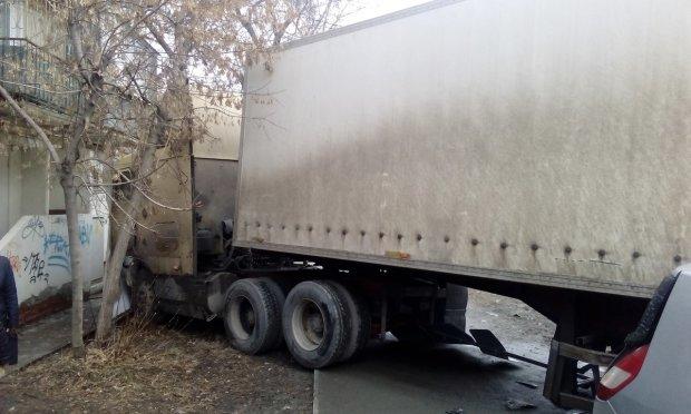 Фура протаранила жилой дом: спасатели вытаскивают тела, пострадали украинцы
