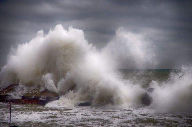 """Одесситка засняла """"цунами"""", погубивший танкер Delfi: экстремальные кадры для любителей пощекотать нервы"""