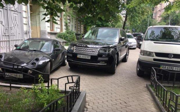 Мажор-автохам украл у киевлян тротуар