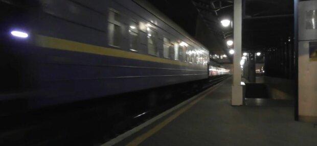 Под Киевом 14-летняя школьница погибла под поездом - шла по рельсам с запиской в руках