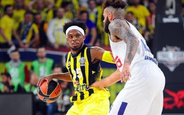 Фенербахче обыграл Олимпиакос в финале баскетбольной Евролиги