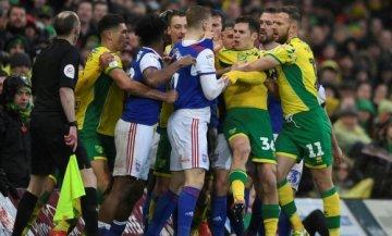 Футболісти влаштували бійню в найжорсткішому дербі Англії: відео