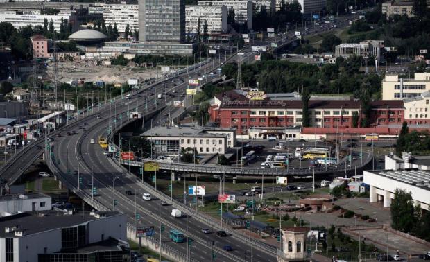 Асфальт поглотил машину в центре Киева: вся столица стоит в пробках