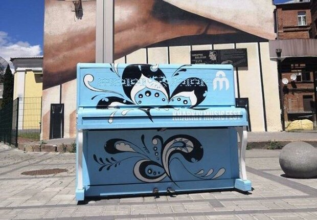 """На улицы Харькова """"выйдут"""" три десятка разноцветных пианино - сыграть сможет каждый"""