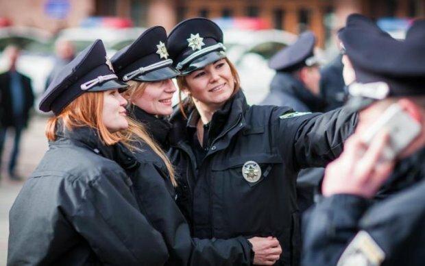 Материлась и бросалась на людей: в Одессе сотрудница полиции устроила дикий дебош, - скандальные кадры