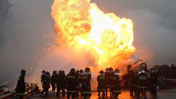 Паника, дым, вой сирен: на огромном заводе произошел адский взрыв, много погибших и раненых