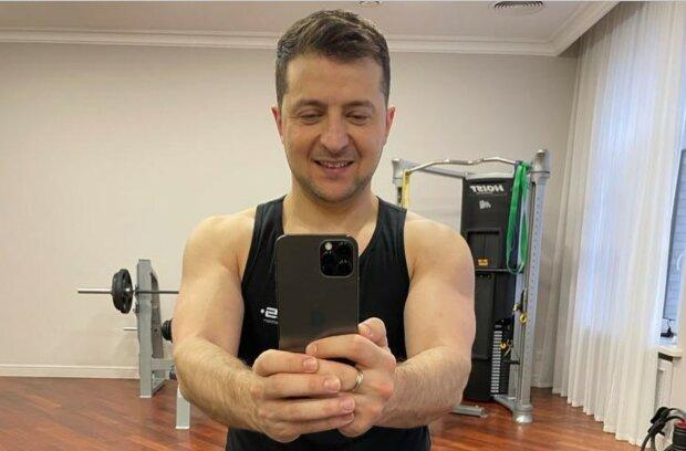 """Зеленский показал мощные мышцы в день рождения: """"43 по паспорту, 30 в душе"""""""