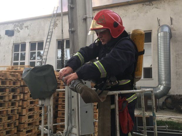 В Житомире пылает фабрика, огонь уничтожает тысячи рабочих мест: видео с воздуха