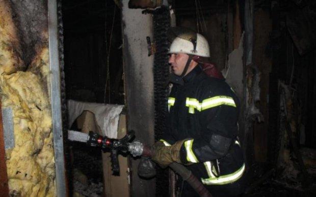 Нічна пожежа в Києві дивом не спалила піврайону