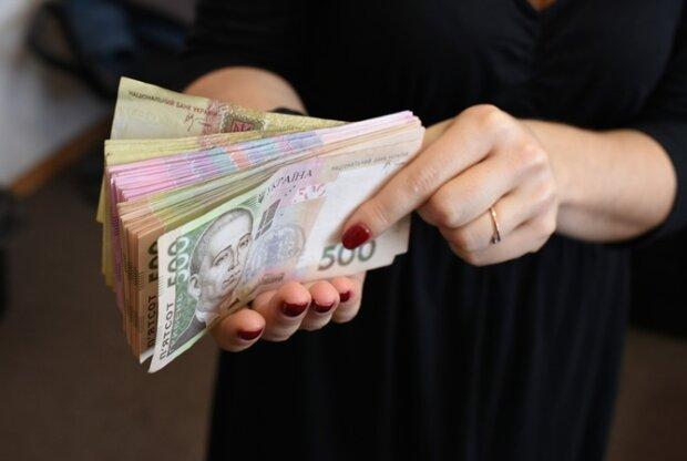 НБУ рассказал, как распознать фальшивку: никогда не берите эти купюры в руки