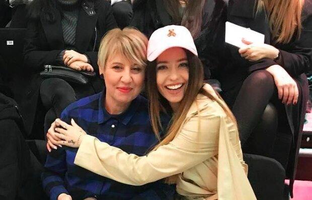 Дорофеева с молодой мамой зажгли Instagram новогодними танцами: как две капли
