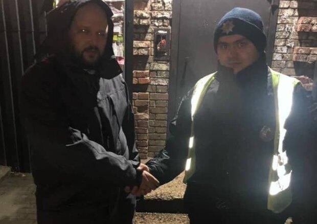 Полицейский и мужчина / фото: Facebook Патрульной полиции