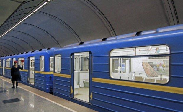 """Слідом за жетонами у київському метро зникнуть """"зелені картки"""": що потрібно знати пасажирам"""