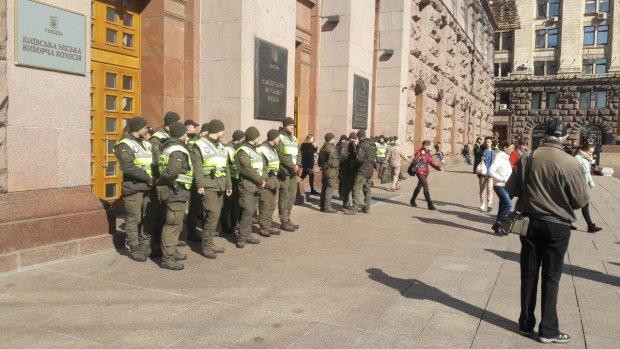 """До КМДА прорвалися тітушки: """"посильні"""" від будівельної мафії продовжують переслідування депутата"""