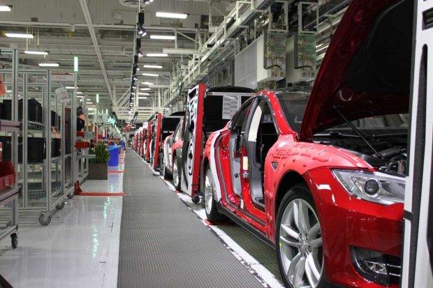 Tesla показала, як збирає автомобілі: тисячі деталей і мінімум роботів