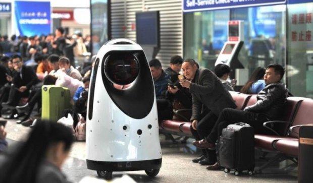 Китайский вокзал патрулирует робокоп