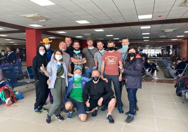 Украинские туристы летят из Непала домой / Twitter, Yehor Bozhok