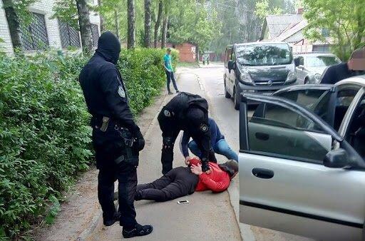 Напугал весь город: разъяренный мужчина чуть не поднял в воздух машину с полицейскими, видео