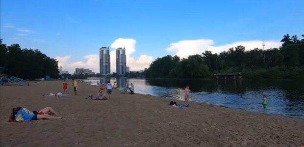 Киевлян пустили в кино и на пляжи, но есть нюанс