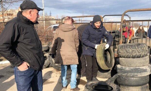 На Львовщине и Тернопольщине люди в панике строят баррикады и роют ямы - так встречают украинцев из Уханя