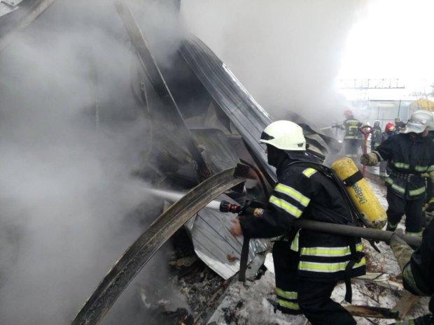 Ресторан та дитсадок у пекельному вогні: у Києві сталася подвійна трагедія, рятувальники працюють в посиленому режимі