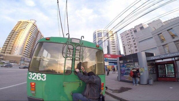 """В Киеве """"зацепер"""" катался верхом на троллейбусе в грозу: рисковые кадры возмутили сеть"""