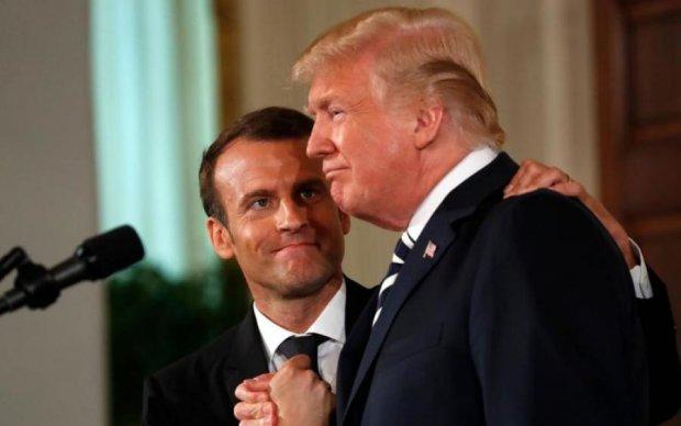 """Крепкие руки и мужские поцелуи: Трамп превратил Макрона в """"своего мальчика"""""""