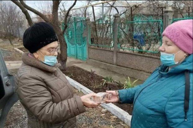 За гранью цинизма: в оккупированном Крыму ветеранам подарили по 125 граммов хлеба