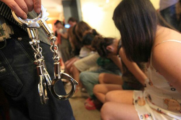 """Торгували людьми як огірками: у Дніпрі накрили небезпечну банду, копи """"закривали очі"""""""