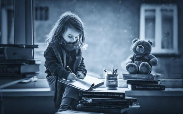 Крізь сльози: світу показали, що дівчинка кілька років писала померлому діду