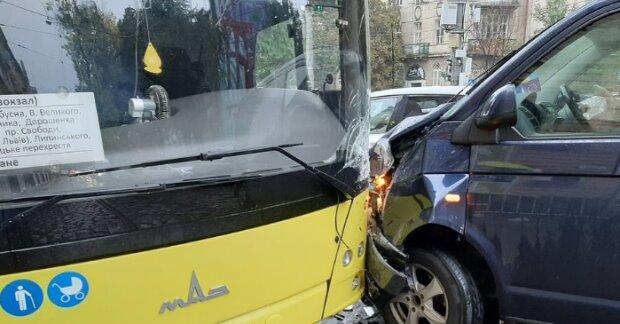 Во Львове переполненная маршрутка влетела в микроавтобус, несчастные забыли даже слова молитв