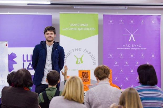 В Киеве подростки вместе с Lucky Labs резали ленту Мебиуса и узнавали #Щотакематематика