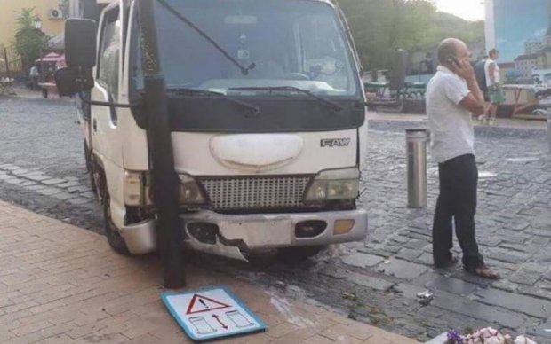 На Андріївському узвозі у вантажівки відмовили гальма