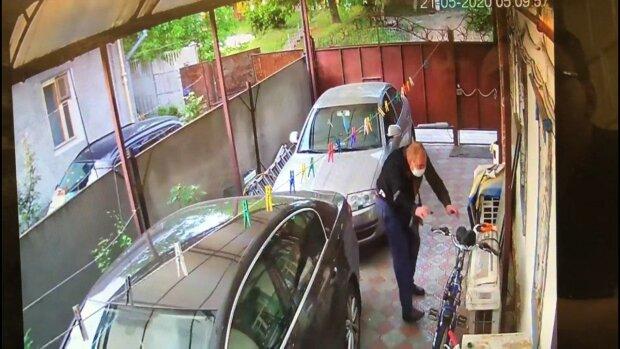 В Днепре ловкий воришка преодолел несколько заборов и обзавелся личным транспортом — полиция разводит руки