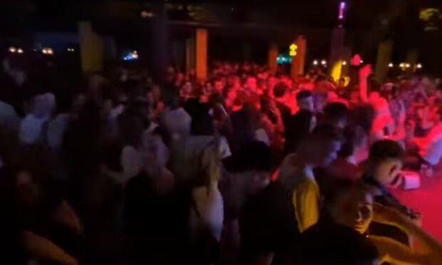 Тернополяне опасно зажгли в ночном клубе в пик пандемии - алкоголь, обнимашки и танцы до утра