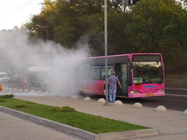 Пекло на колесах: на Дніпропетровщині на ходу загорівся автобус