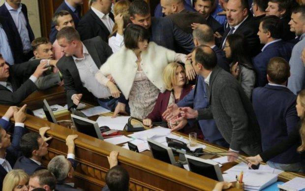 Скандальные журналистки заявили о преследованиях в Раде из-за пышной груди: фото