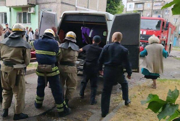 Под Днепром дьявольский огонь поглотил квартиру - мужчину вынесли на носилках вперед ногами