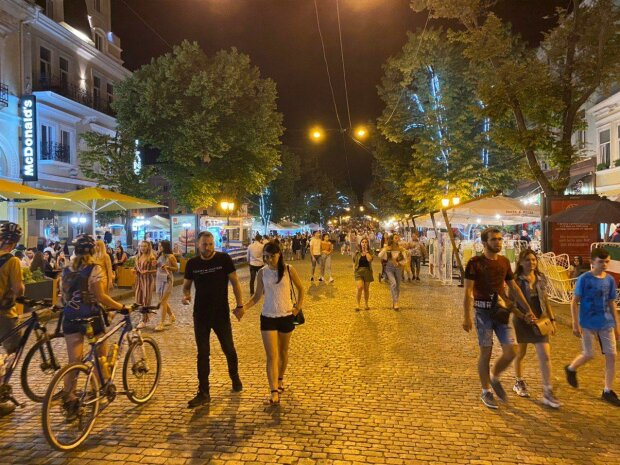 Ни масок, ни дистанции: ночные клубы Одессы сошли с ума на карантине, билеты на концерты распроданы