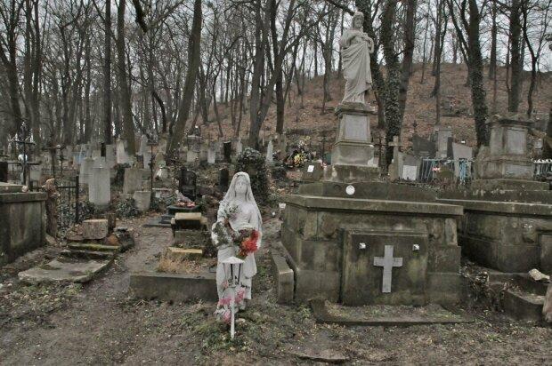 """Нічого святого: у Львові ловлять """"червону шапочку"""", що грабує мертвих, - обурливі кадри"""