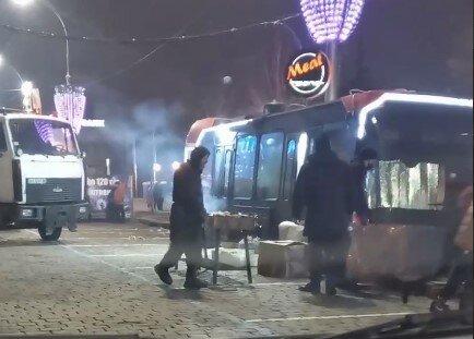 У Харкові фірма сина Кернеса смажить шашлики, поки всі ресторани зачинені через локдаун: неапетитні кадри