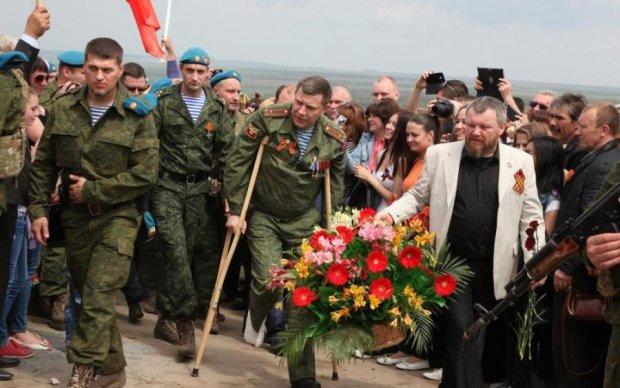 """Важко поранений: ватажок """"ДНР"""" Захарченко тиняється на милицях"""