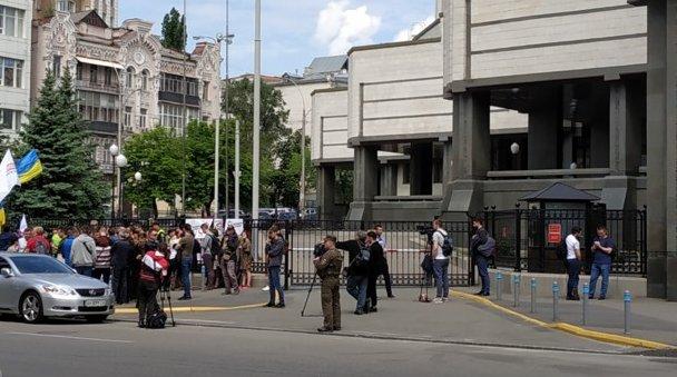 Зеленский пришел в Конституционный суд из-за роспуска Рады: онлайн-трансляция